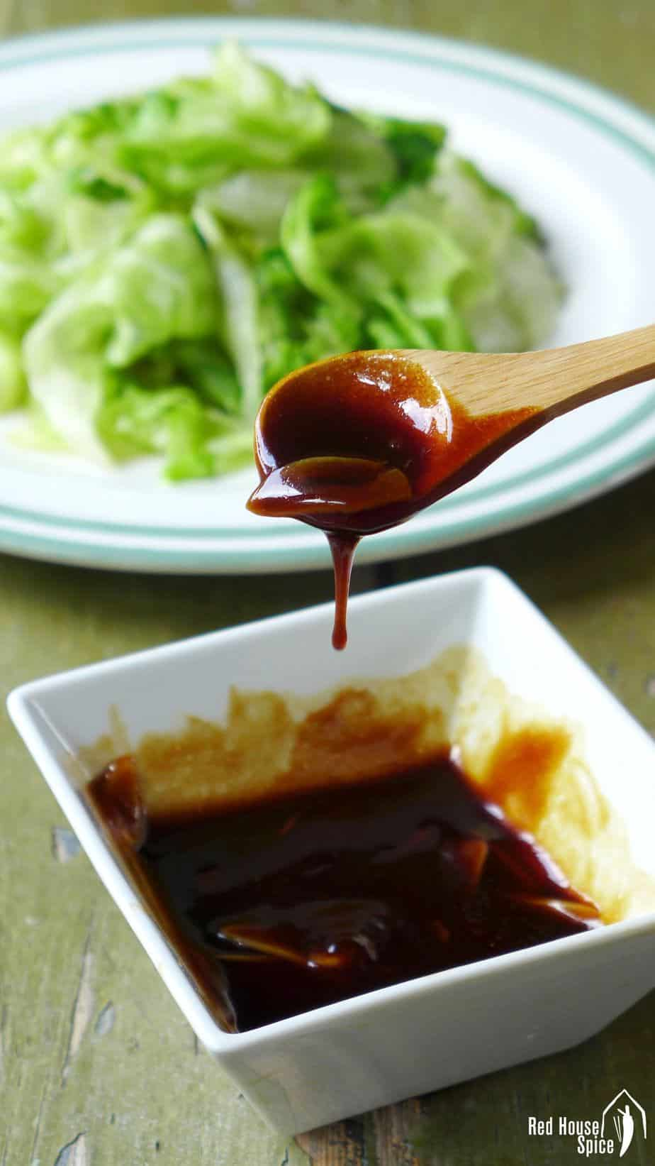 Oyster sauce with sliced garlic