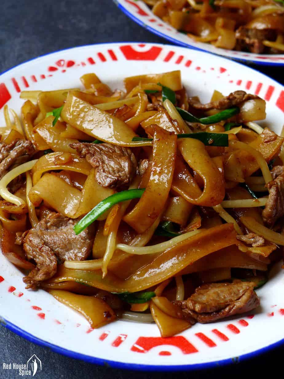 Stir-fried rice noodles with beef