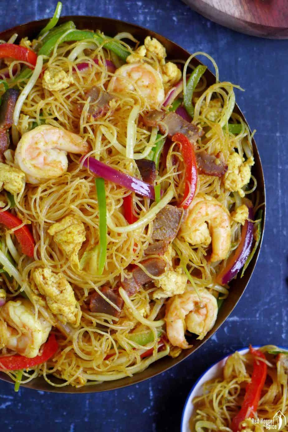 Stir-fried rice noodles with meat & vegetables.