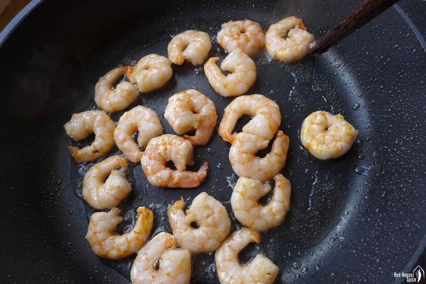 Pan-frying shrimp